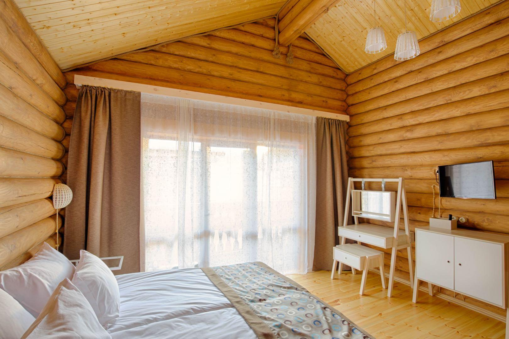 Интерьер спальни в коттедже